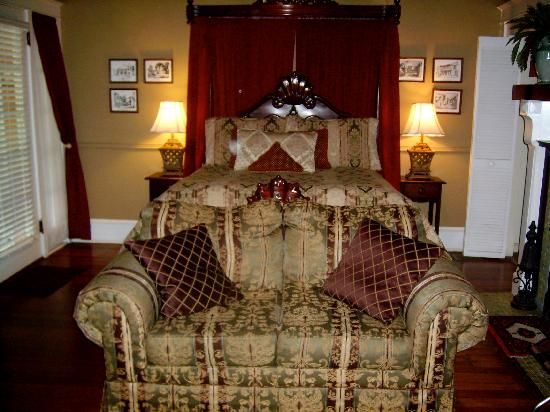 The Saragossa Inn B&B: Homewood: the main bedroom and sitting area