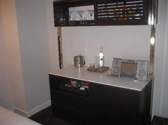 The James Chicago-Magnificent Mile: The bar in the room