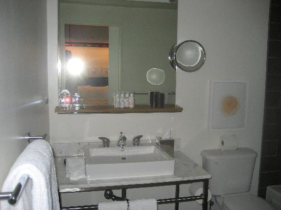 The James Chicago-Magnificent Mile: The bathroom
