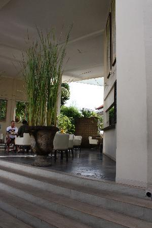 Bali Court Hotel and Apartments: restaurant / bar / reception area