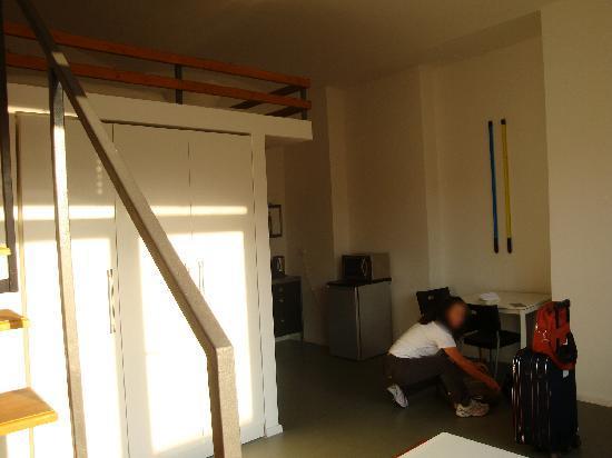 Il soggiorno del loft con microonde e frigorifero. - Foto di Ima ...