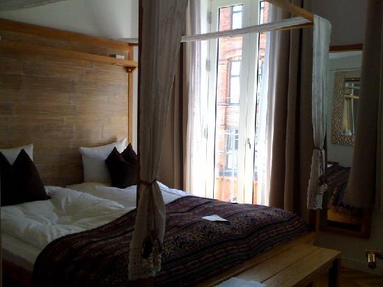 Axel Guldsmeden - Guldsmeden Hotels: Four poster bed... but unfortunately with 2 twin mattresses