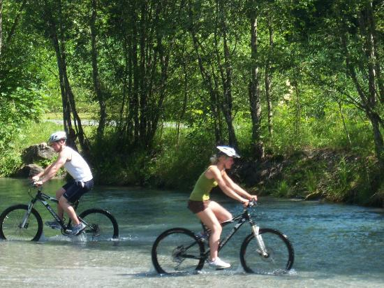 Alpen Wellness Hotel Barbarahof: Mountain bike tour - we were allowed to cycle in a small lake!