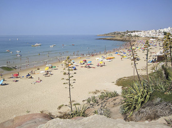 Luz, Portugalia: The main beach. Busy in the centre, but less so away from the bars etc.