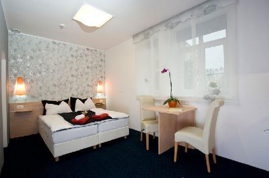 MartaStudio: Unser Zimmer - gleich rechts war das Bad, rechts vorn um die Ecke die Küche und oben an der Wand