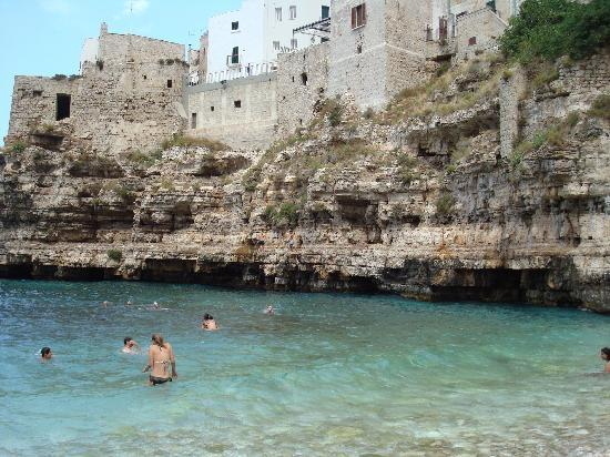Hotel Covo dei Saraceni: Baia rocciosa vicino all'hotel