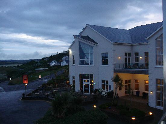 Inchydoney Island Lodge & Spa: Outside Dunes at evening