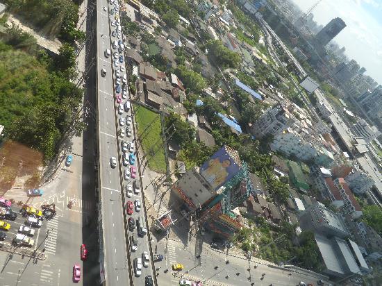 Grand Mercure Bangkok Fortune: Cruzamento de avenidas em frente ao hotel