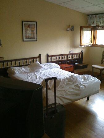 Hotel Xabier: foto de la cama con los dos cabeceros y 3 mesitas