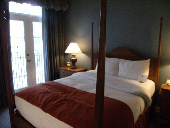 Kensington Riverside Inn: Four-poster Bed