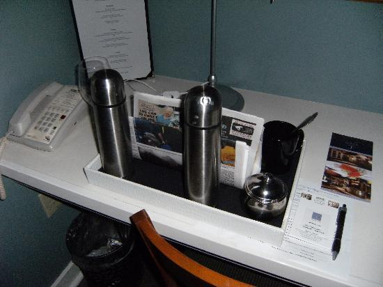 Kensington Riverside Inn: Coffee/Newspaper Tray