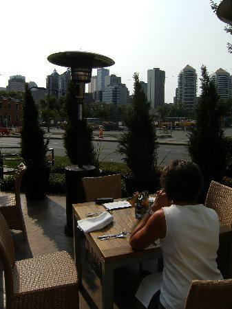 Kensington Riverside Inn: Breakfast on Patio