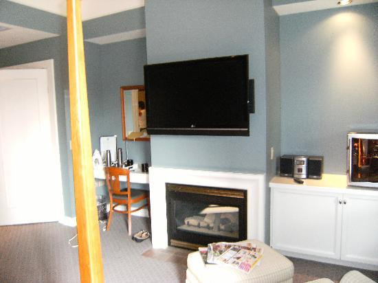 Kensington Riverside Inn: Fireplace and Flatscreen in Room