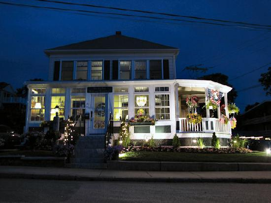 By The Sea Bed and Breakfast: Beautifully lit up at night