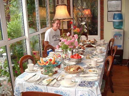 Killyon Guest House: Breakfast table (side table with tons of food not shown)