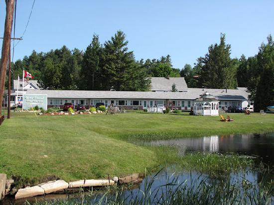 Sara-Placid Motor Inn: Pretty grounds at the side of the lake