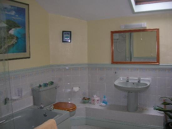 Rose Cottage: twin bathroom