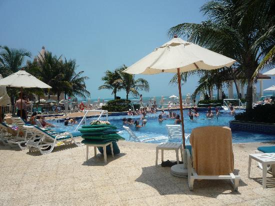 Hotel Riu Cancun: THE ACTIVITY POOL.. GREAT FUN