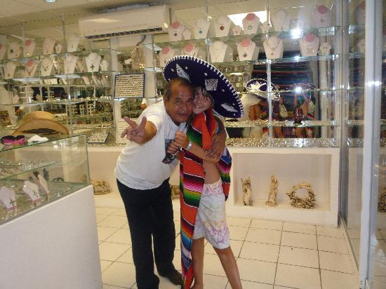 Hotel Riu Cancun: DEMI WITH MR NICE ..WHO GIVE YOU GOOD PRICE