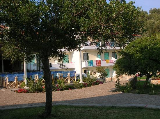 Troulos Bay Hotel: hotel grounds