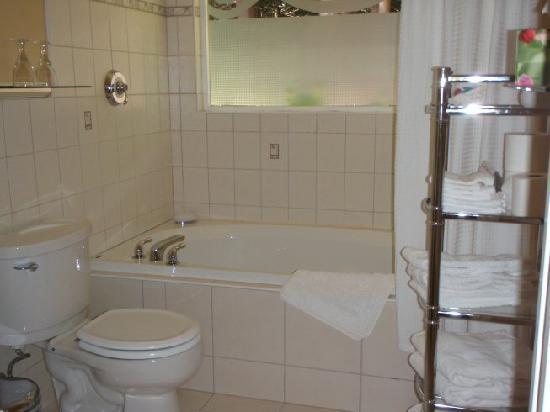 Rose Lane B&B: Bathroom and tub.