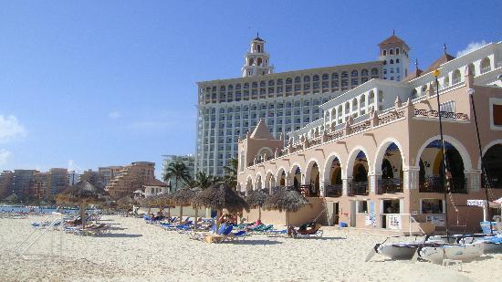 Hotel Riu Cancun: View from the beach