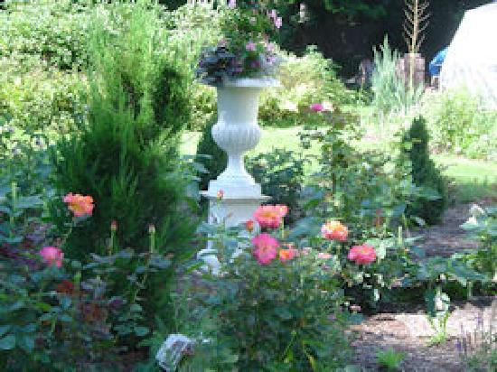 Juniper Hill Bed & Breakfast: lovely gardens