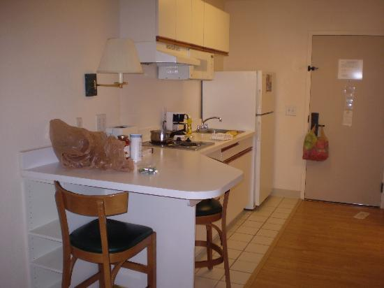 Extended Stay America - Atlanta - Marietta - Powers Ferry Rd.: A VIEW OF THE KITCHEN
