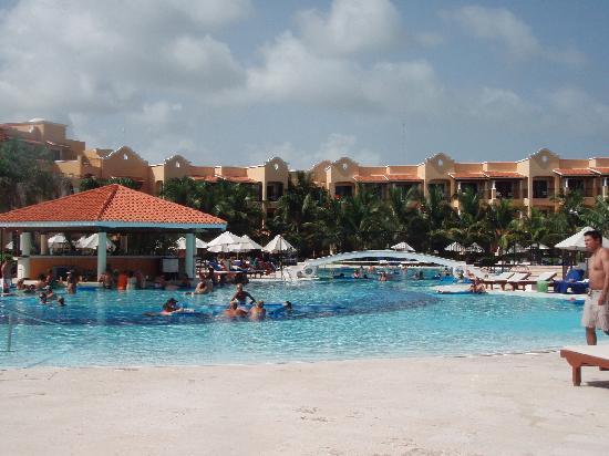 Secrets Capri Riviera Cancun: Pool and pool bar