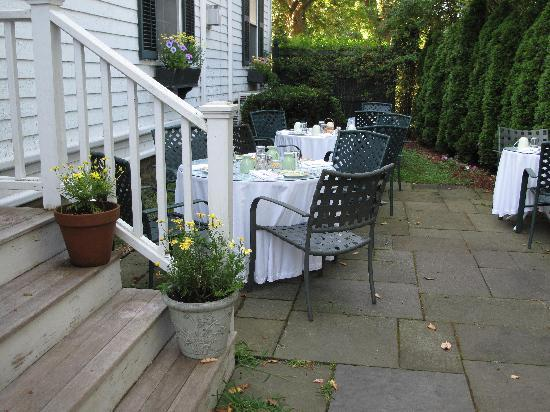 Ashley Inn Bed and Breakfast : Patio set up for breakfast