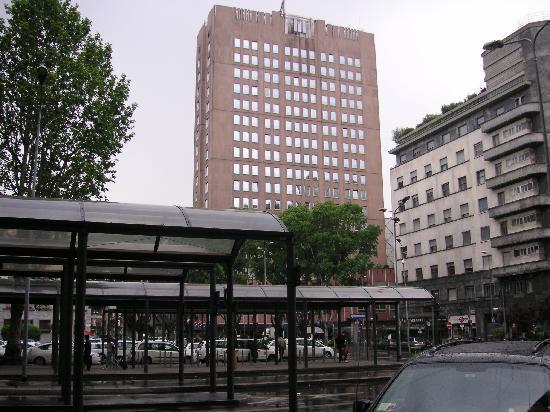 Michelangelo Hotel: ミラノ中央駅から見たミケランジェロホテル