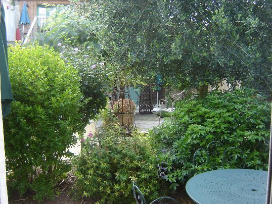 Hotel Le Central : Le jardin intérieur devant la terrasse