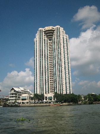 โรงแรมเพนนินซูลา กรุงเทพฯ: 船から見たホテル。ひときわ高くてスマートな外観です。