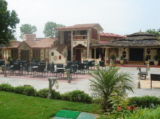 Chokhi Dhani Resort: Outside restaurant