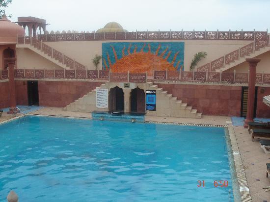 Chokhi Dhani Resort: Swimmin pool