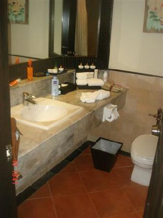 Kata Beach Resort and Spa: baño