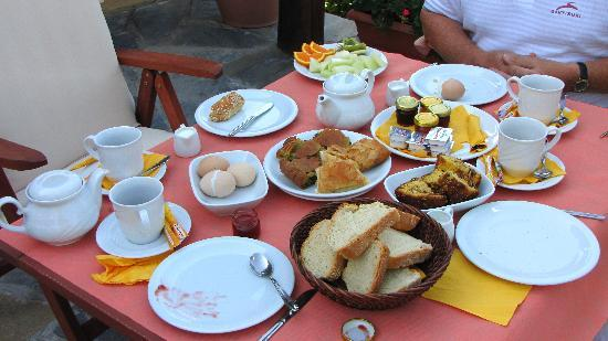 Kala Nera, Grecia: breakfast (fruit is not on table yet)