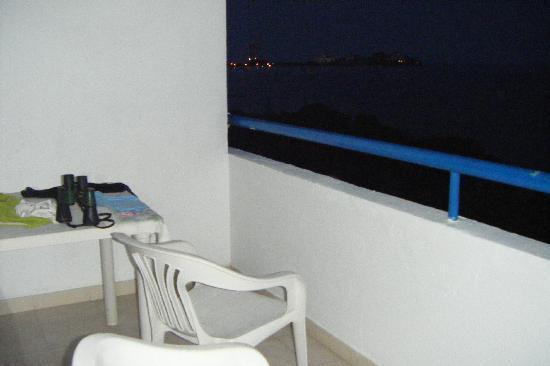 Margabella Suites: Balcón con su mesa y dos sillas