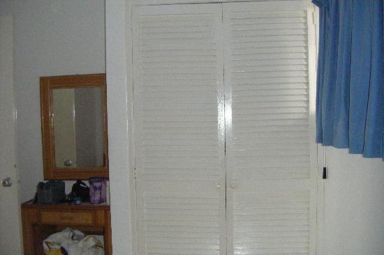 Margabella Suites: Habitación con closet y peinadora