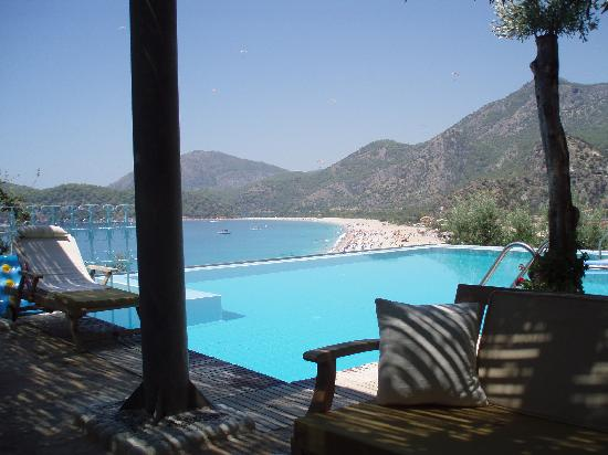 Beyaz Yunus Hotel: Cool bar with pool with a view!