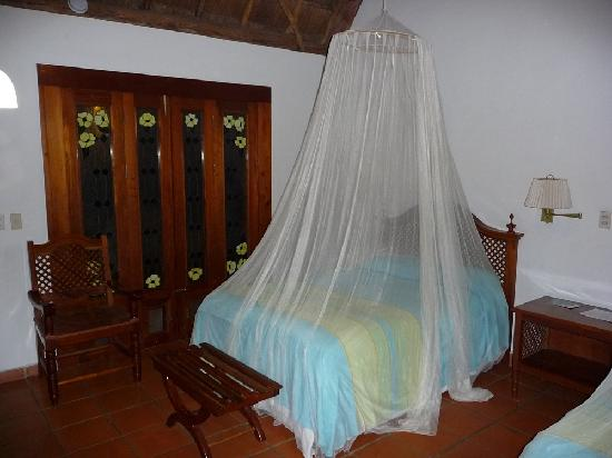 Hotel Hacienda Uxmal Plantation & Museum: Mosquito netting apparently there to keep rats out too.