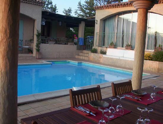 Le Mas Thym de Provence : La table d'hôtes au bord de la piscine