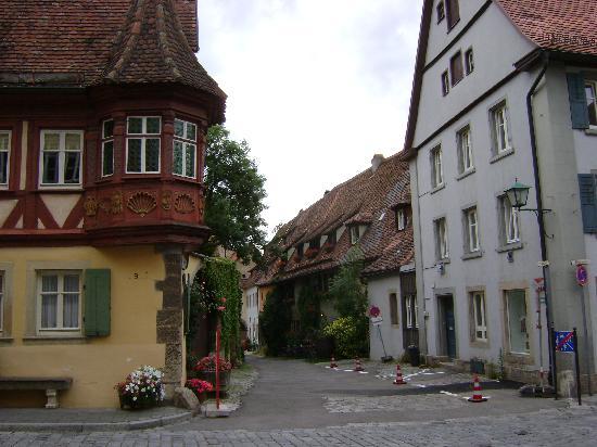 Altfrankische Weinstube : arrivando, vista dal fondo della strada