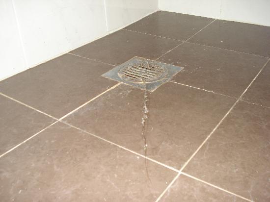 Dans la salle de bains visiblement le nettoyage ils ne for Nettoyage salle de bain