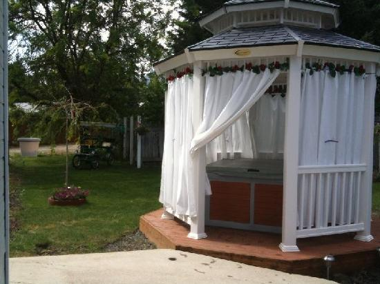 Alps Romance Suites: Hot Tub in private gazebo
