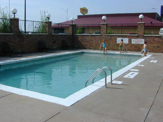 Drury Inn & Suites Kansas City Stadium: The ice-cold pool! (Would have been geat during a hot day!)