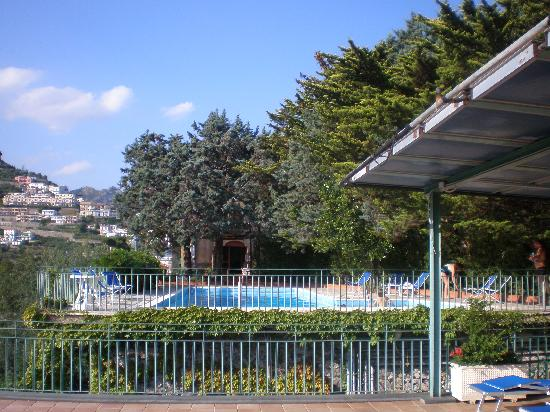 Residence Le Villette : Pool from the sun terrace