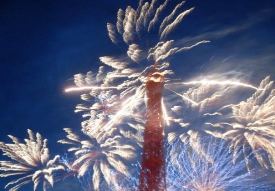 58 Tour Eiffel : Le feu d'artifice du 14 juillet sur la tour Eiffel