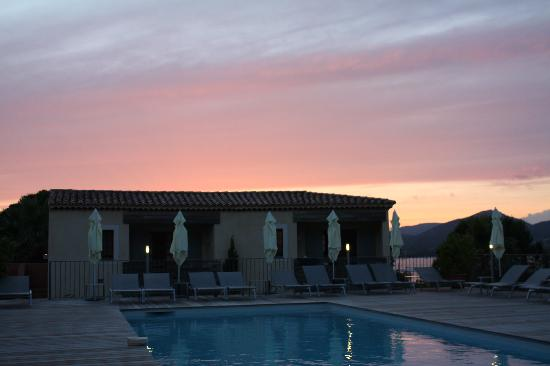 Gassin, Frankrijk: Gorgeous sunset while dining on the pool deck