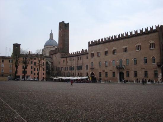 Mantova italia piazza sordello picture of mantua for Piazza sordello